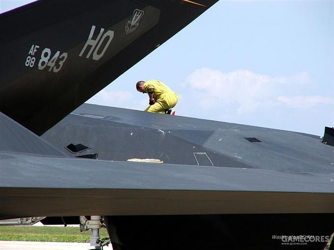 F-117的表面涂层在任务前后都需要细致的维护。