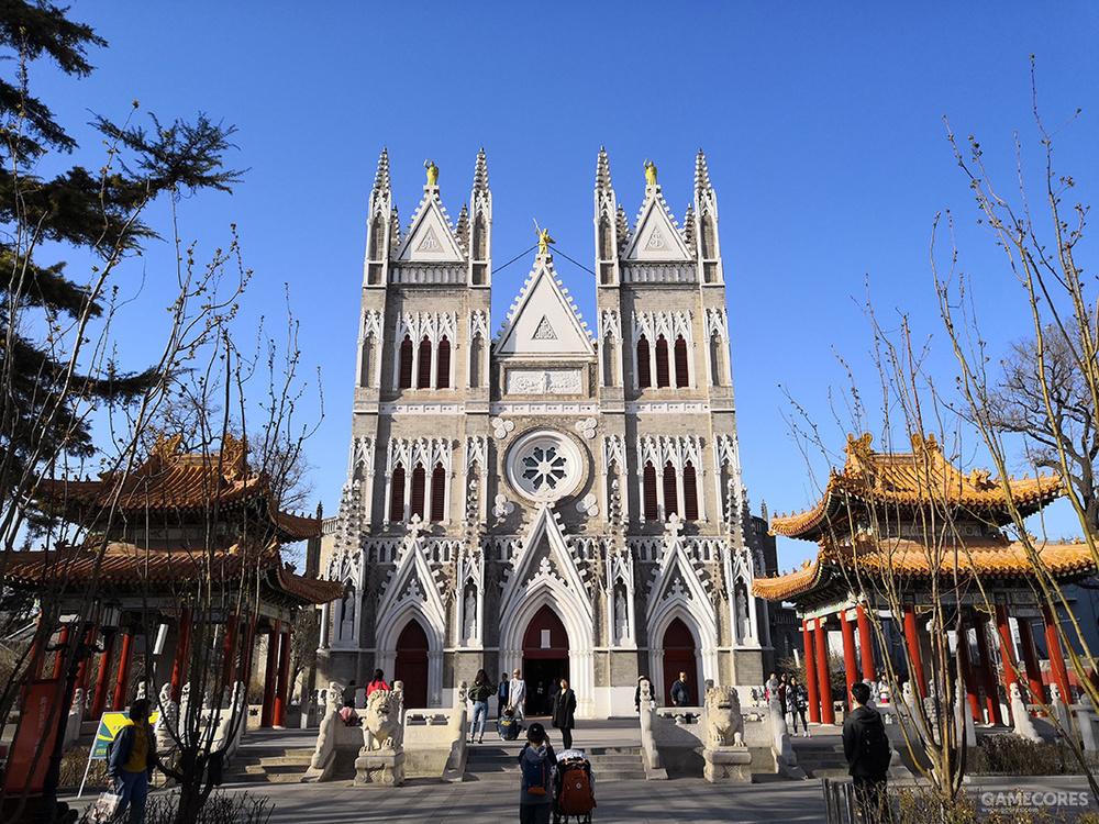 这才是今天的西什库教堂。清光绪年间,据说因为慈禧太后的厌恶,清廷要求原住蚕池口的教会搬离皇家御所,遂搬迁至此