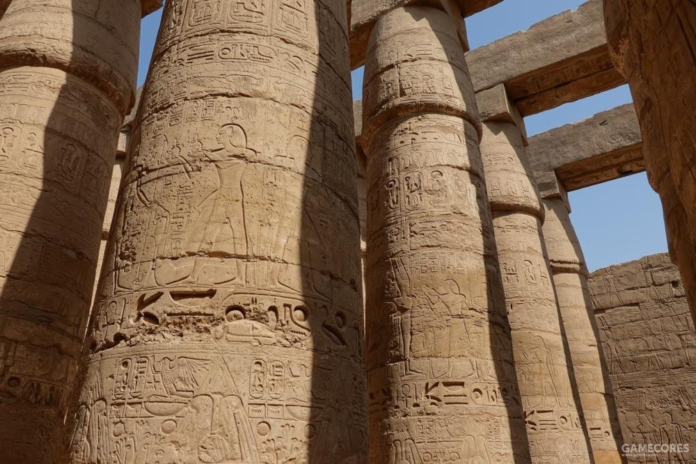 石柱上刻满了浮雕