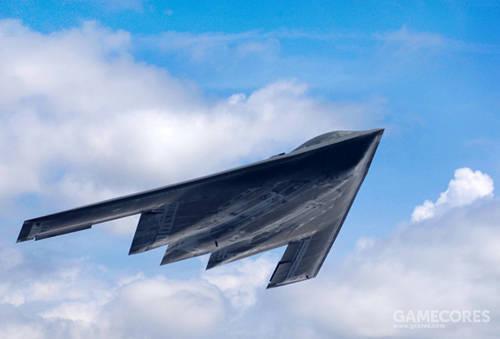 相比之下,B-2A虽然因为技术进步,整体造型明显更为圆润,不过其腹部部分的结构设计还是相当简化。平摊的腹部遮挡了进气口和喷口等结构。