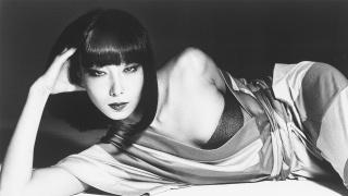 她是寺山修司电影《上海异人娼馆》中的旗袍女,也曾为巴黎人炮制了一场东方醉梦