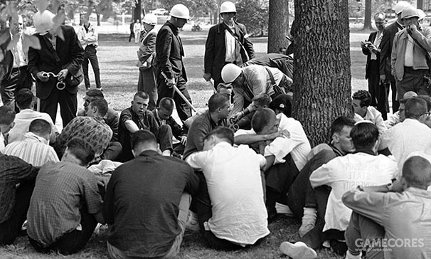 Federal marshals move through a group of white students arrested for protesting integration of Ole Miss at Oxford, Miss., in 1962. (AP)