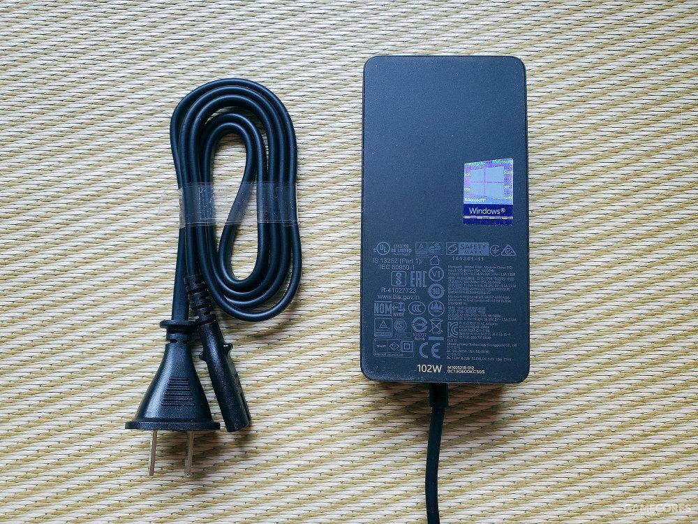 电源适配器上还附带了一个USB接口,方便用户在使用单脑的时候给自己的其他设备如手机等进行充电