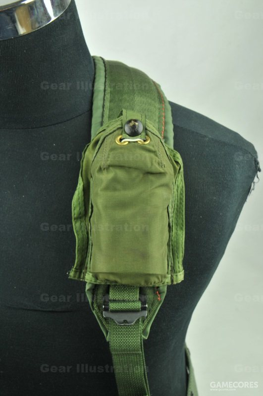 求生灯包可以捆绑固定在各种背带上,包边的设计也方便缝到其他装具和服装表面