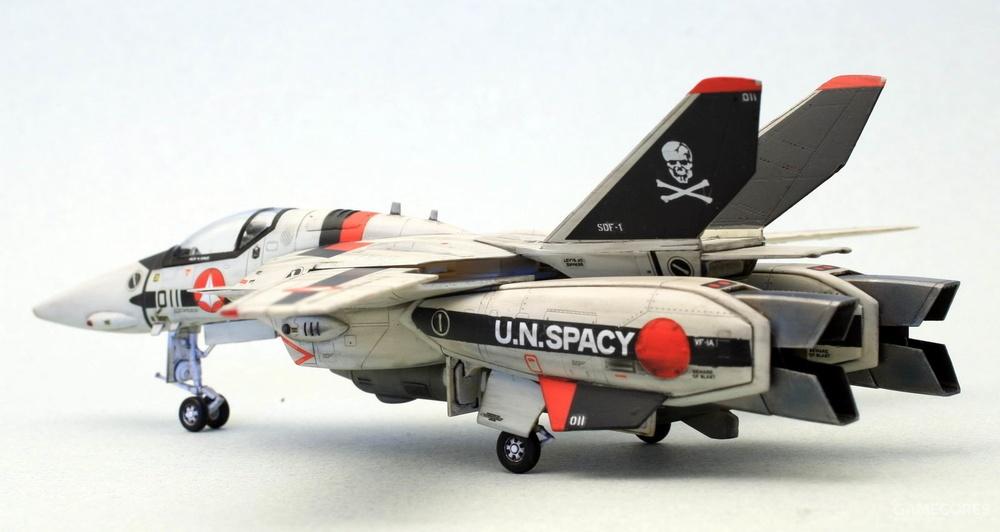 一条辉的011号VF-1S,骷髅中队