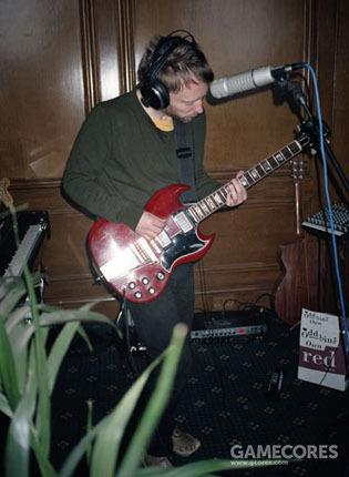 Thom 在录制专辑 In Rainbows 时演奏他的'64 Gibson SG。