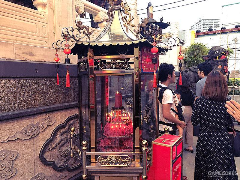 赶上节假日人来人往,关帝庙的香火还是很旺的