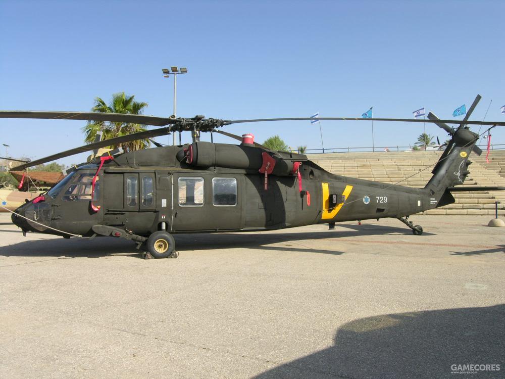 """这架黑色的""""猫头鹰""""是曾经装备过美国陆军的UH-60A,垂尾上的橙色队徽表示它属于第123中队"""