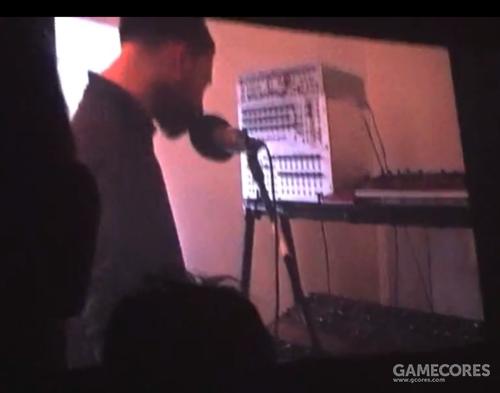 一张截图:来自 Bug Radiohead 演出视频。注意和之前的照片相比,Prophet 5被放到了中间的那层,而上方的 Korg MS20被换成了一台 Nord Lead 3。