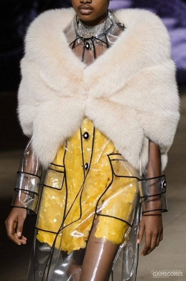 现实中的时尚透明雨衣