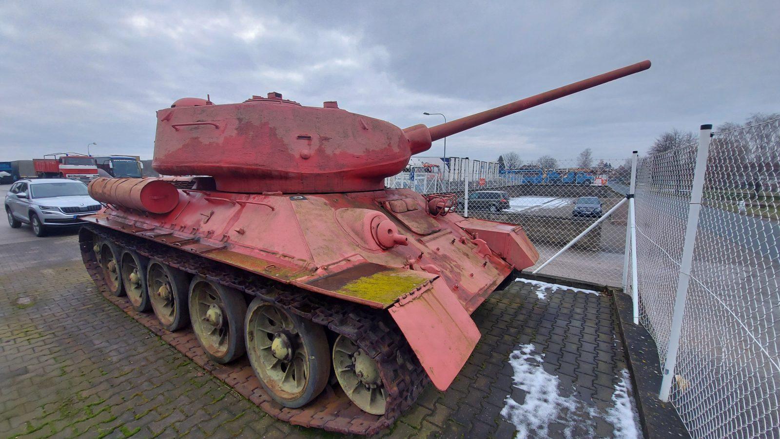 家里的万王之王:捷克一男子家中有T-34/85坦克和SD-100坦克歼击车并已获准保留