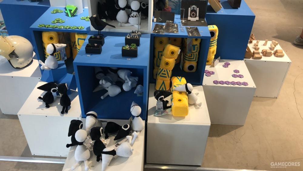临走的时候,艺术馆门口的纪念品店吸引住了我...的钱包,官方授权的《纪念碑谷2》玩偶实在是太可爱了,于是剁了一波手。
