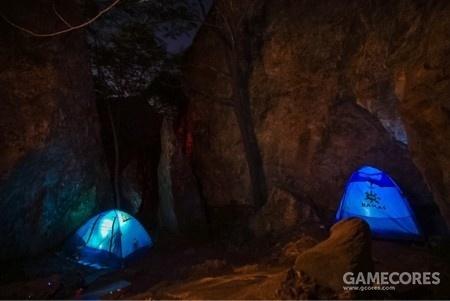 晚上露营在岩壁下