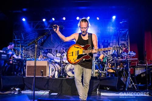一张照片:Thom 在2013年的 AMOK 俱乐部弹着他的 Gibson ES330(hazyskyline)。
