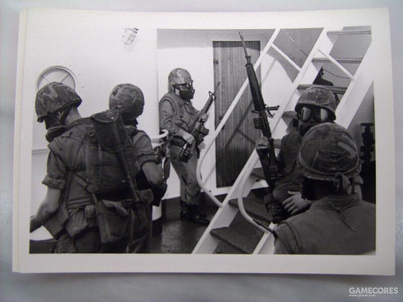 不知道是忘记取下来了还是背着挡子弹,不少陆战队员在登舰任务中居然还带着折叠铲