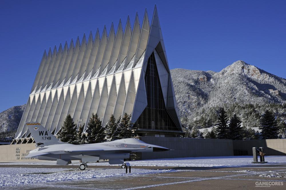 现实中的美国空军学院礼堂与落基山脉