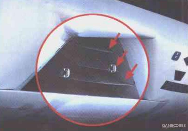 """相比之下,A-12的进气口设计似乎显得有点""""弃疗""""。进气道口仅有三层导流板结构屏蔽。类似结构在B-1B上也能看到。"""