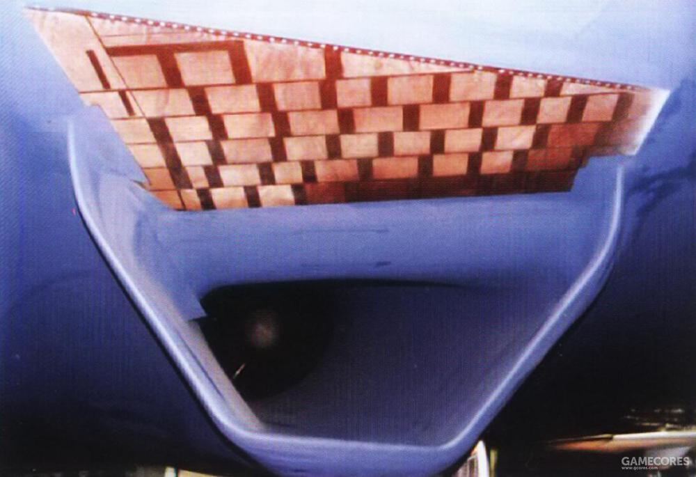YF-23的进气口设计采用了颇有特色的多孔边界层引射系统(porous boundary layer bleed system)边界层气流被多孔结构板吸除,并通过机内导管引到到机体上表面的排气门排除。