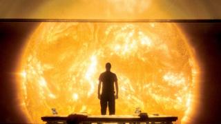 为了保护家人,这个爹一头冲进了太阳 | 科幻春晚