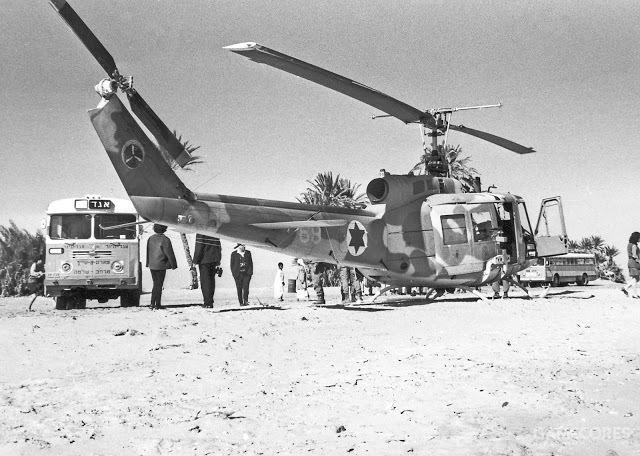 贝尔205直升机,停在一辆公交车旁