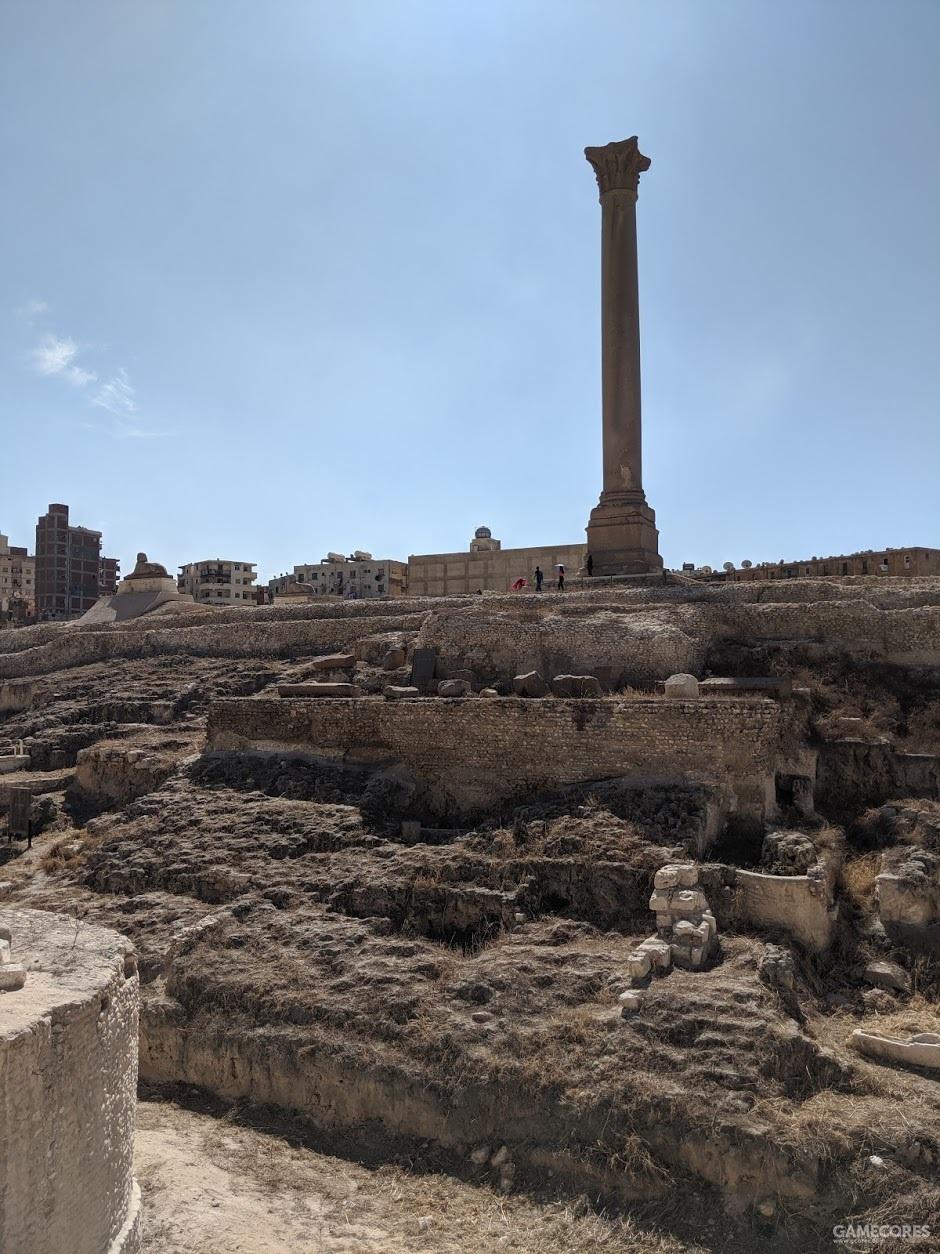 下边的废墟是塞拉比斯神庙的遗址