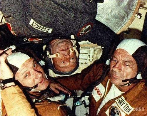 在对接成功之后相见的两国宇航员们