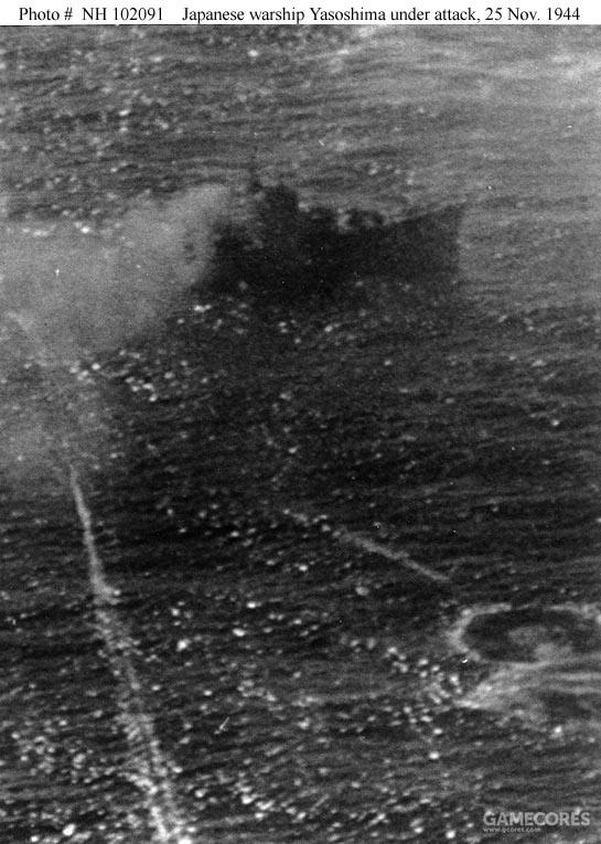 隶属提康德罗加号的80鱼雷中队(VT-80)的2枚Mark 13航空鱼雷即将命中八十岛号,鱼雷是海军少尉D.V.Parker投下的