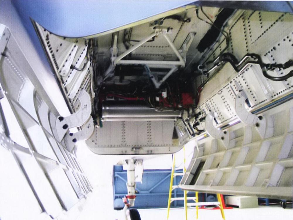 YF-23 PAV-2试飞重点放在高攻角试验。因此武器舱结构高度简化。除了没有扰流片外,武器舱门甚至没有驱动结构与内侧蒙皮。在地面时,武器舱门以人力形式进行开合,飞行时,武器舱门通过V形支架拴在武器舱顶部。