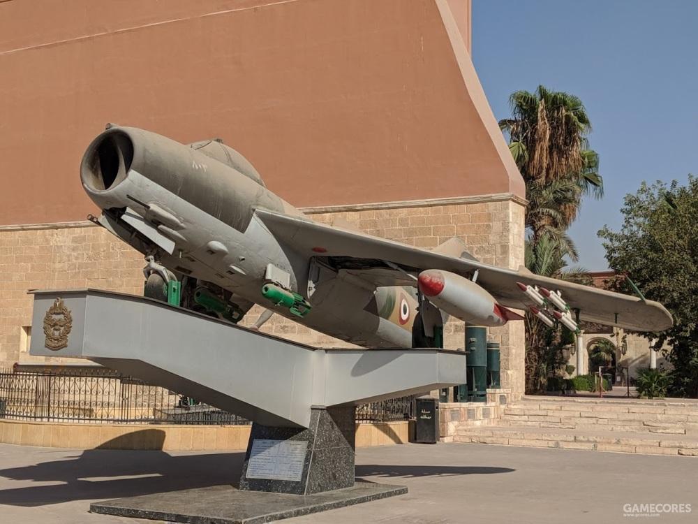 一架米格17,机身上的标志很像英国皇家空军,但是英国的图案是蓝白红,埃及的则是国旗颜色红白黑