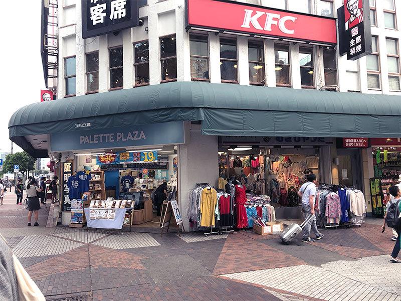 伊势佐木町正门左侧是二楼是肯德基,一楼是服装商店,不过游戏中应该已经改成了柏青哥店铺了