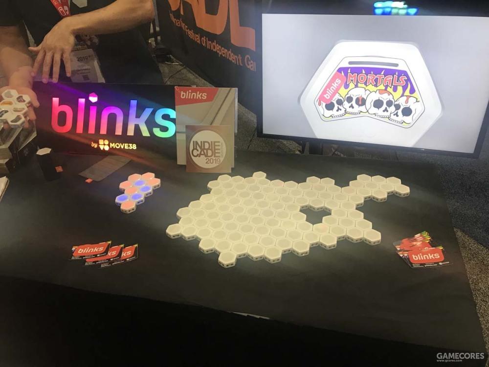 一个吸铁还会闪光的拼图类电子类桌游?说实话最后也没搞懂这个游戏怎么玩的。