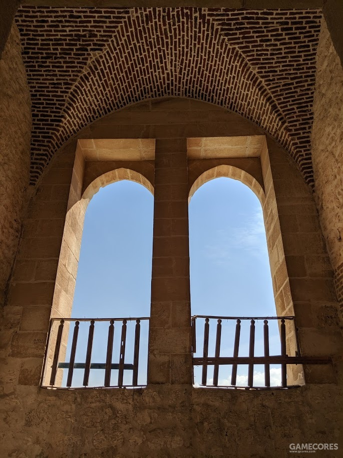 内置礼拜堂的拱形窗口