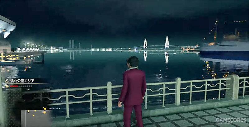 《人中之龙7》游戏中的场景:从便利店休息处远眺横滨海湾大桥