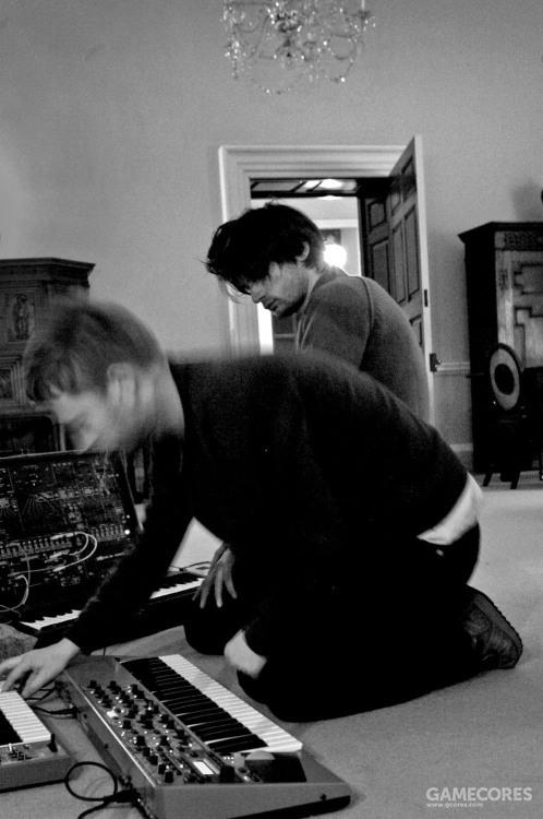这台 Clavia Nord Lead 3 能在这张照片中被看见,正对着 Thom 的就是,该照片摄于2007年10月或11月的 Halswell,来自 In Rainbows 录音期间。