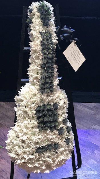 滚石乐队送来的吉他形状花圈