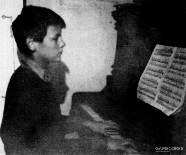 童年时期学习钢琴的塔可夫斯基