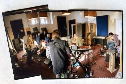 一张照片:摄于2011年 The King of Limbs 巡演,Clive Deamer 和乐队排练期间。Nord Lead 3在这张照片中正对着 Thom。