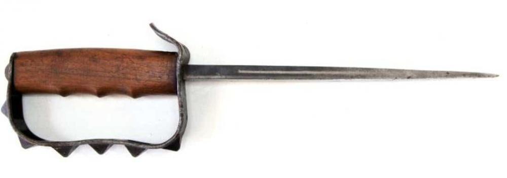美国M1917战壕刀,巨大的护手令人印象深刻,不过细细的剑身在使用中容易折断,玩过《战地1》的应该都见过这个