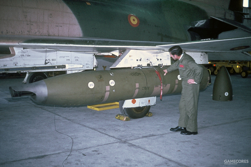 F-4挂载SUU-16机炮吊舱,这种吊舱会占用一个副油箱挂点,而且冲压空气涡轮在低速下动力输出不够,使用受到限制
