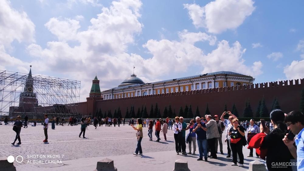 红墙,墙后就是克里姆林宫所在的区域