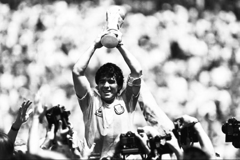 阿根廷传奇球星迭戈·马拉多纳因心脏骤停去世,享年60岁