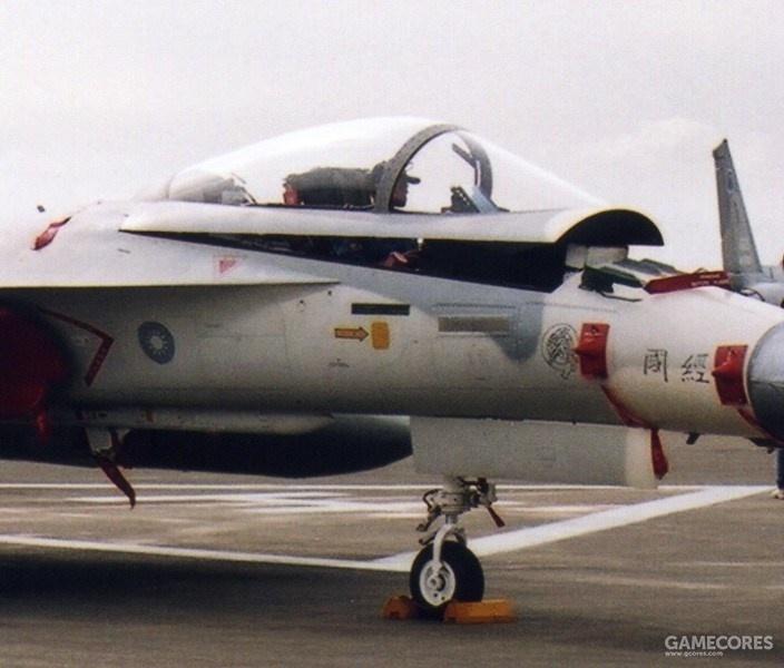 单座型F-CK-1A座舱盖通过后方铰链向上打开,前风挡框没有缝隙