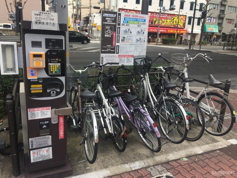 大阪街头的收费自行车停车场,全天都有摄像监控,不当使用会被处罚