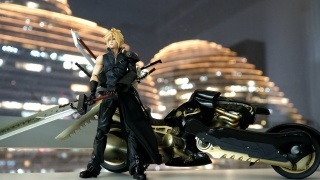 PLAYARTS改 《最终幻想》 克劳德 & 芬利尔狼摩托 模玩套装