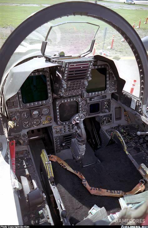 相比F-15E的仪表盘,YF-23的仪表盘主要变化就是将中央的多用途显示器替换为了飞行测试用的控制面板。可以说相比配置颇为豪华的YF-22仪表面板,YF-23的仪表面板设计突出了其测试机身份。