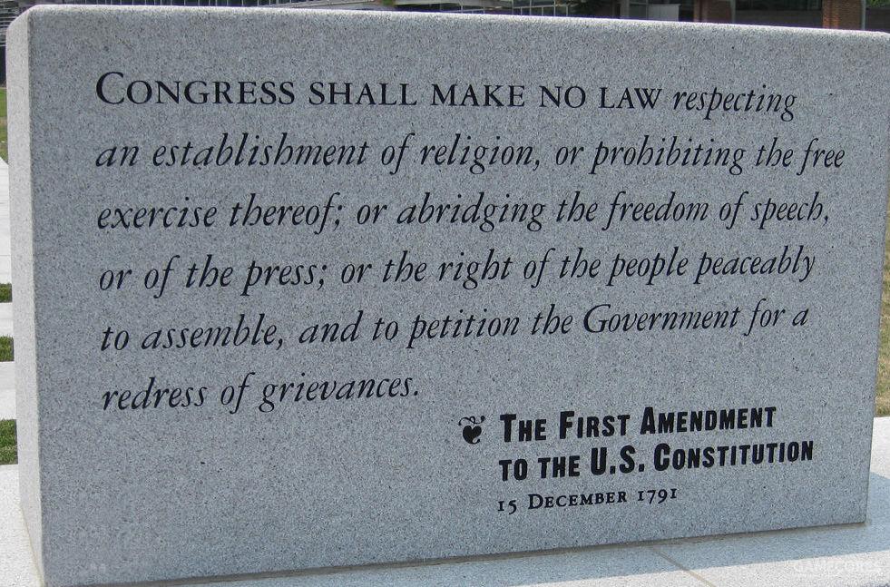 """美国新闻自由的法律根源是美国宪法第一修正案:""""国会不得制定关于下列事项的法律:确立国教或禁止信教自由;剥夺言论自由或出版自由;或剥夺人民和平集会和向政府请愿伸冤的权利。"""""""