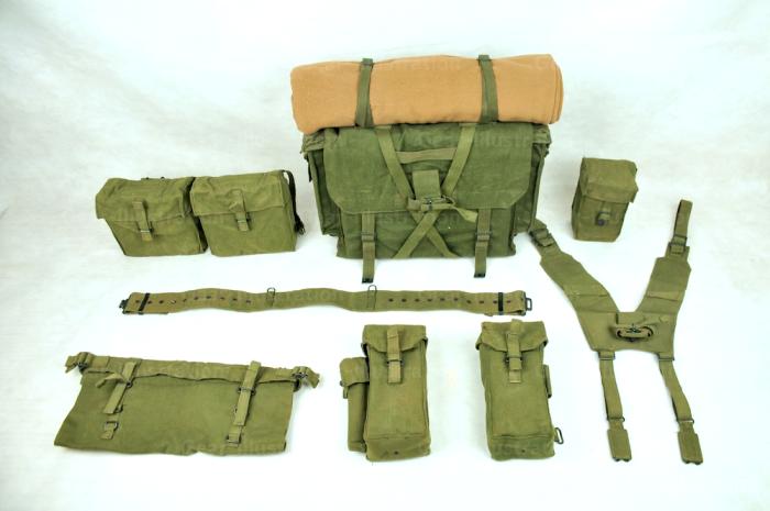 P58全套装具实物,由H型背带、腰带、背包、弹匣包、水壶包、后腰包和土木工具装具构成