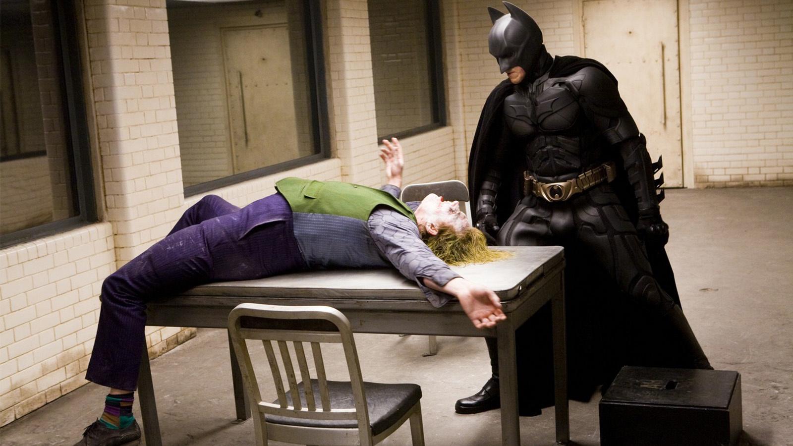 《蝙蝠俠:黑暗騎士》中小丑坐的這把椅子,其實也是影視劇裡的常客