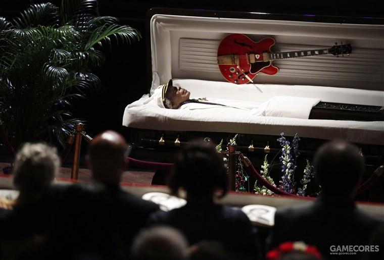 与自己的吉他共同长眠的查克·贝里