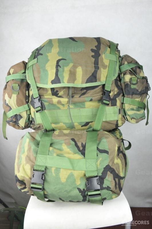 MOLLE主包,分为主包本体、睡袋仓、一对支持包和背负系统